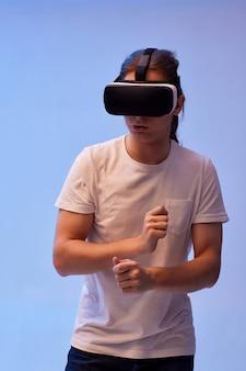 Junger mann mit virtual-reality-headset. vr-gadgets