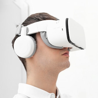 Junger mann mit virtual-reality-simulator