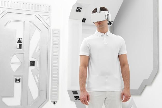 Junger mann mit virtual-reality-simulator