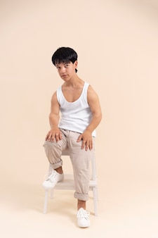 Junger mann mit zwergwuchs posiert