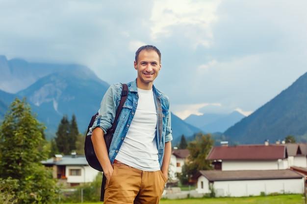 Junger mann naturlandschaft genießen