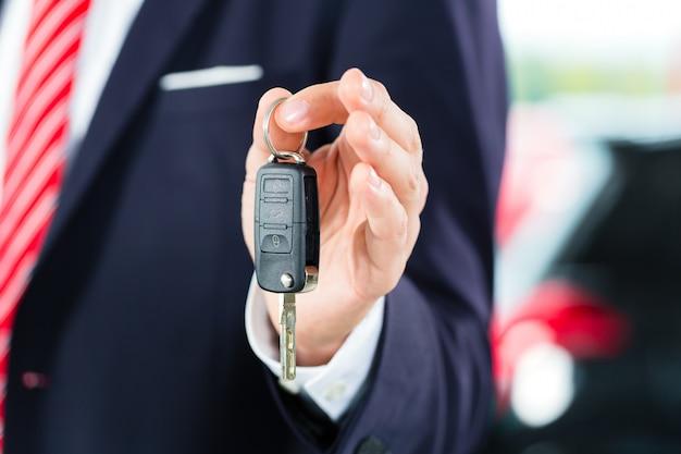 Junger mann oder autohändler im autohaus