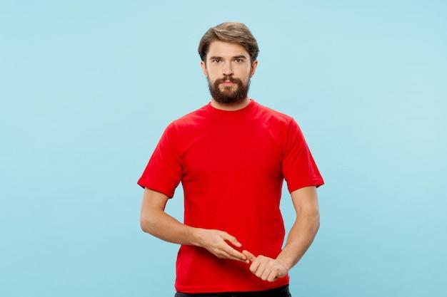 Junger mann posiert