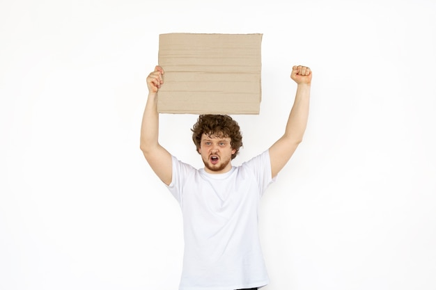 Junger mann protestiert mit leerem brett