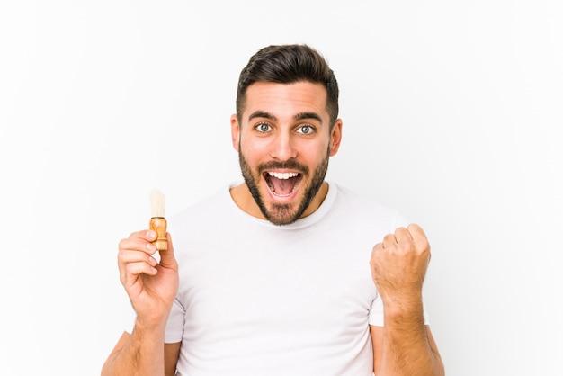 Junger mann rasiert sich vor kurzem jubelnd sorglos und aufgeregt