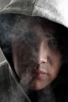 Junger mann raucht
