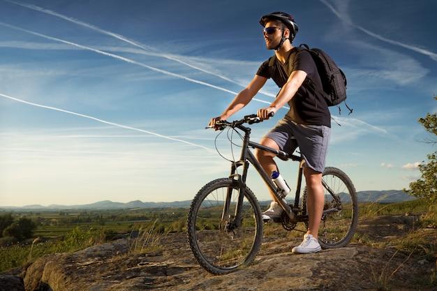 Junger mann reiten mountainbike