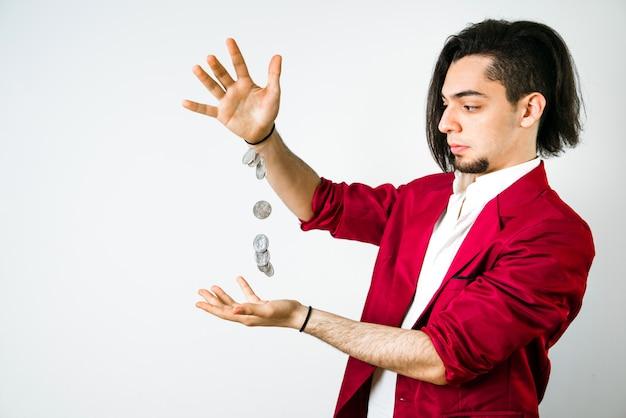 Junger mann schafft einige münzen, um mit seinem schlechten gehalt über die runden zu kommen.