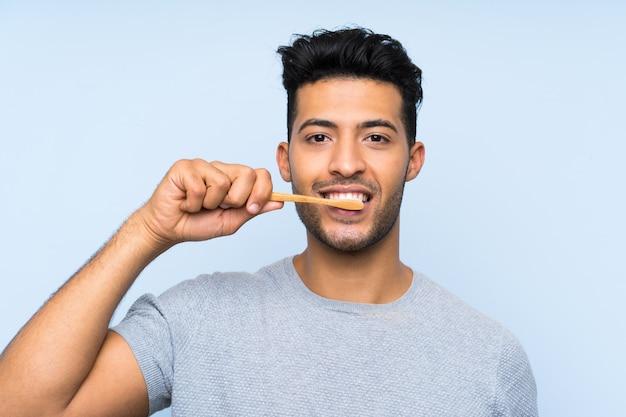 Junger mann seinen bart rasieren