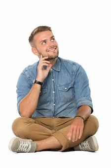 Junger mann sitzt auf dem boden und stellt sich vor