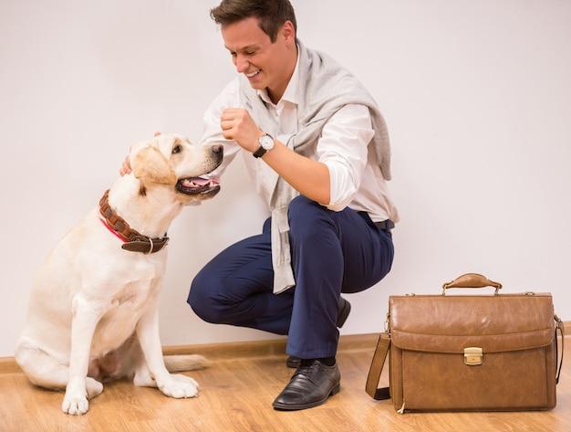 Junger mann spielt mit einem großen hund.