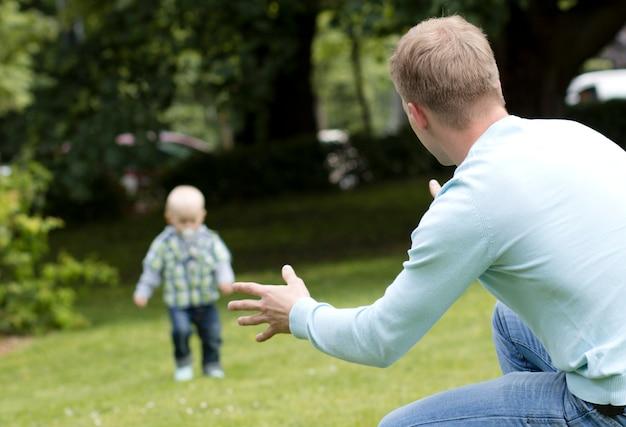 Junger mann spielt mit seinem sohn