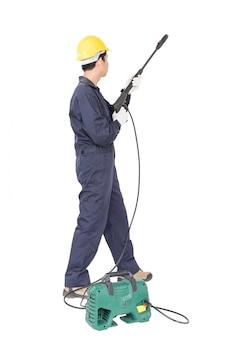 Junger mann stehen und halten hochdruck-wasserpistole