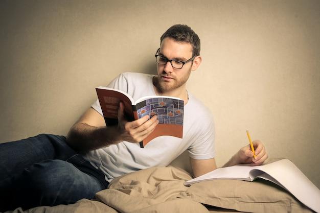 Junger mann studiert