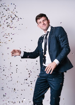Junger mann tanzen unter pailletten