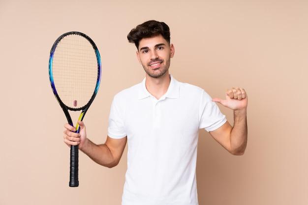 Junger mann tennis spielen und stolz auf sich
