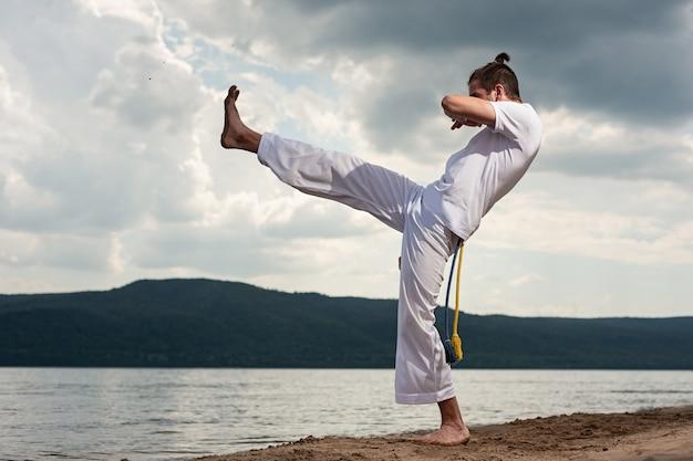 Junger mann trainiert capoeira