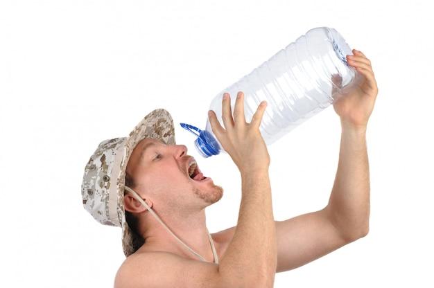 Junger mann trinkt aus leerer flasche