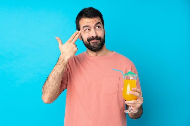 Junger mann über das halten eines cocktails mit problemen, die selbstmordgeste machen