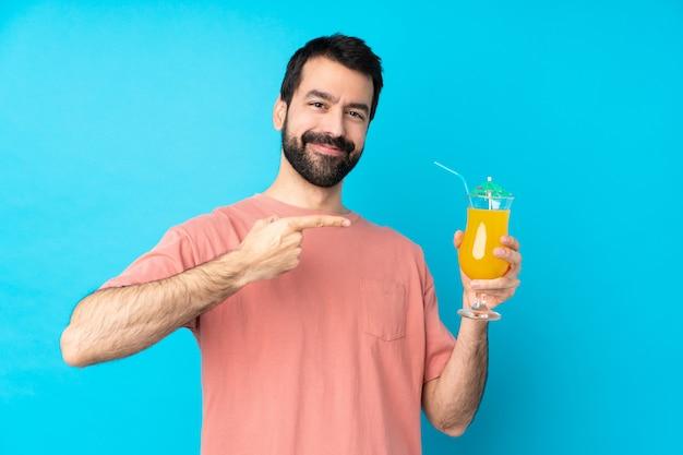Junger mann über einen cocktail haltend