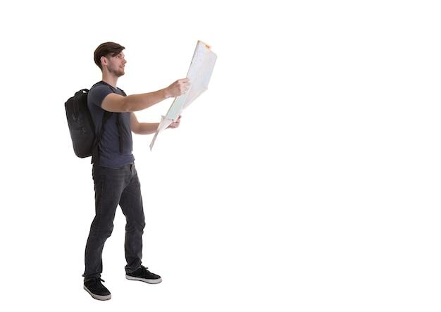 Junger mann überraschte das schauen in der offenen karte auf weißem hintergrund