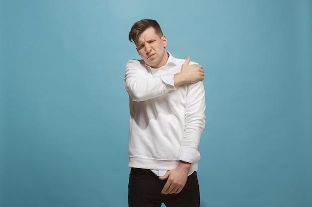 Junger mann überwältigt von einem schmerz in der schulter