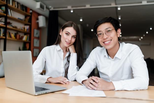 Junger mann und frau arbeiten im büro