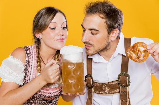Junger mann und frau bereit, bier zu schmecken