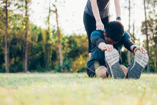 Junger mann und frau, die in den park ausdehnt