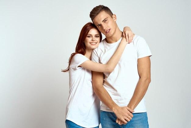 Junger mann und frau in weißen hemden