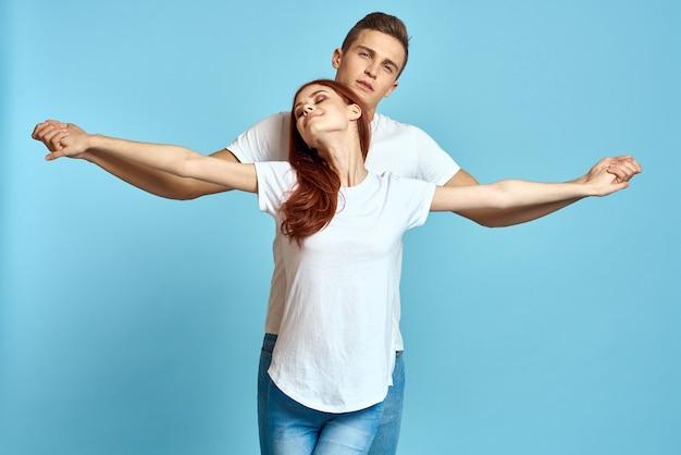 Junger mann und frau in weißen t-shirts