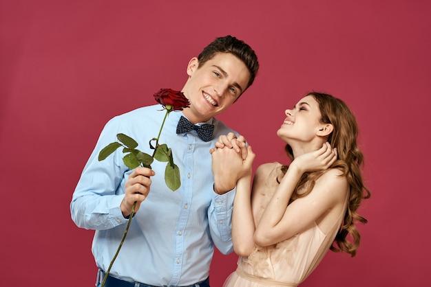 Junger mann und frau mit einer rose