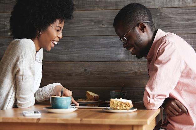 Junger mann und frau sitzen im café