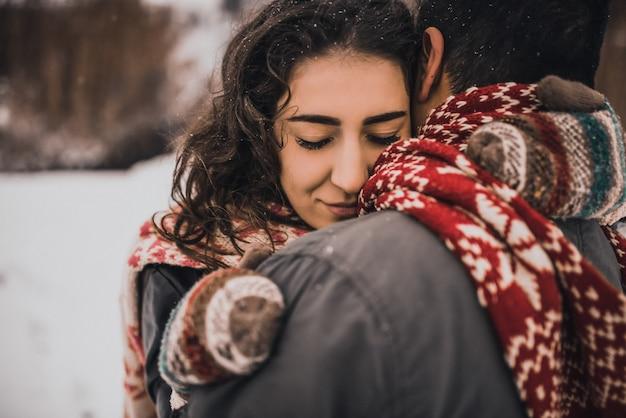 Junger mann und frau stehen küssend und umarmend