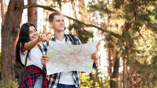 Junger mann und junge frau, die nach lokalen sehenswürdigkeiten suchen