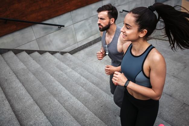 Junger mann und junge frau joggen