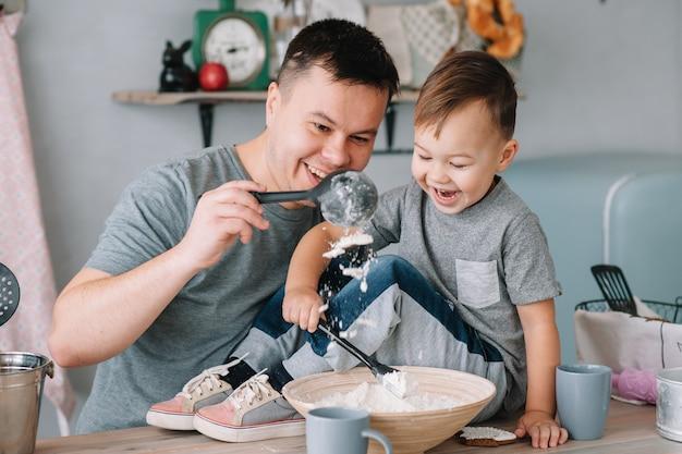 Junger mann und sein sohn spielen in der küche