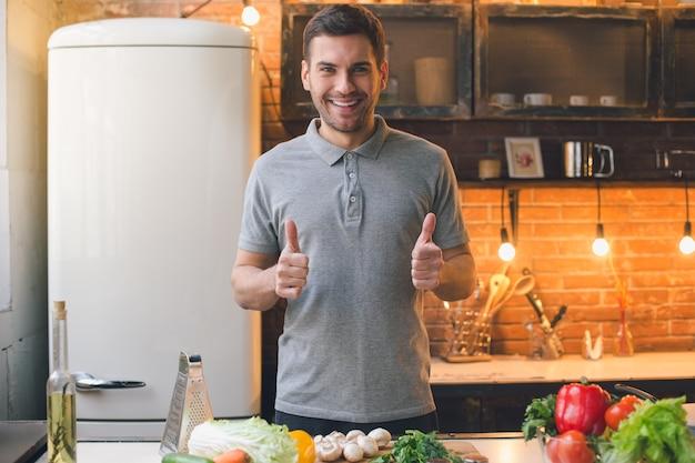 Junger mann vegane gesunde nahrungszubereitung
