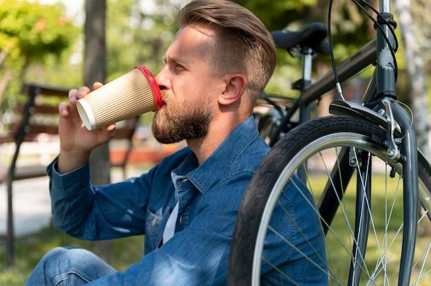 Junger mann verbringt zeit draußen mit seinem fahrrad