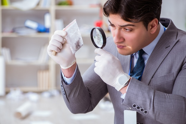 Junger mann während der verbrechensermittlung im büro