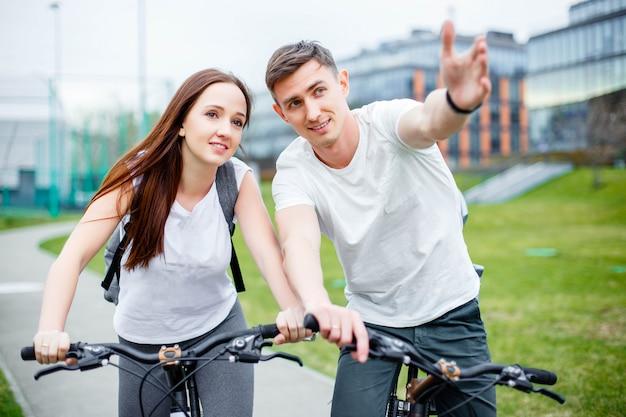 Junger mann zeigt seine freundin fahrradroute