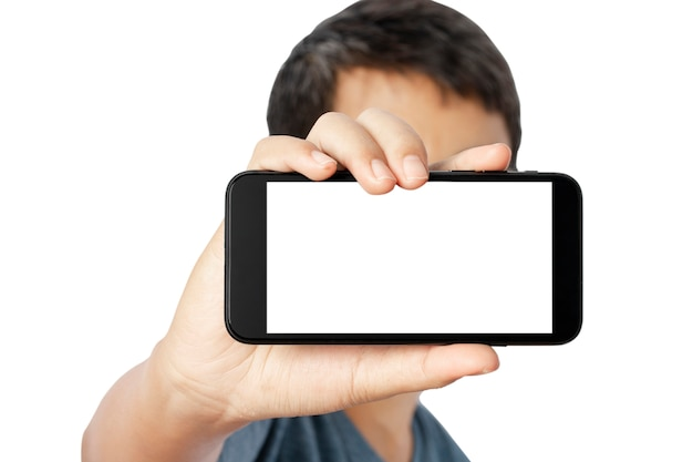 Junger mann zeigt smartphone isoliert
