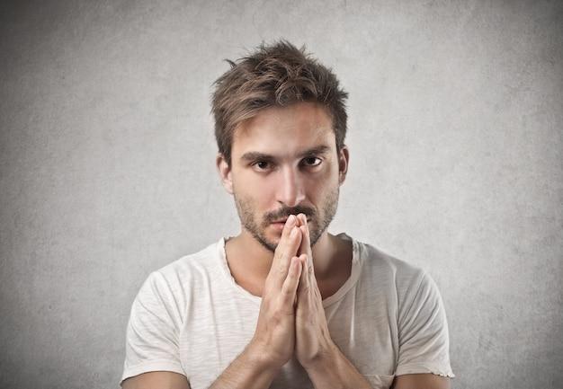 Junger mann zu beten