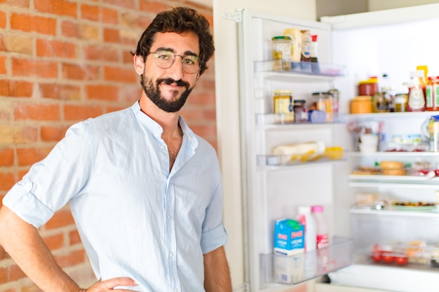 Junger mann zu hause, lebensmittelkonzept