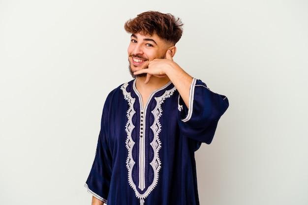 Junger marokkanischer mann, der eine handy-anrufgeste mit den fingern zeigt.