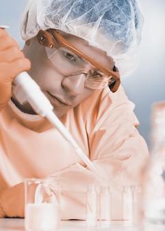 Junger mikrobiologe bei der arbeit, getöntes bild