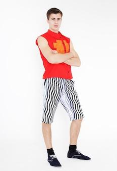 Junger modemann ganzkörper ein im studio