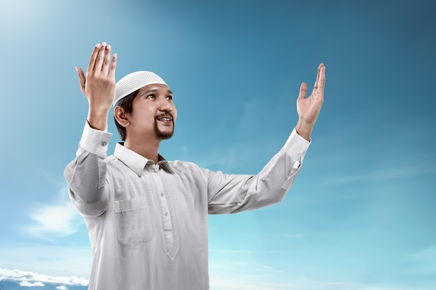 Junger moslemischer betender mann