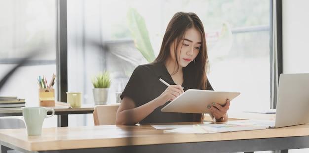 Junger motivierter weiblicher freiberufler, der ihre idee schreibt