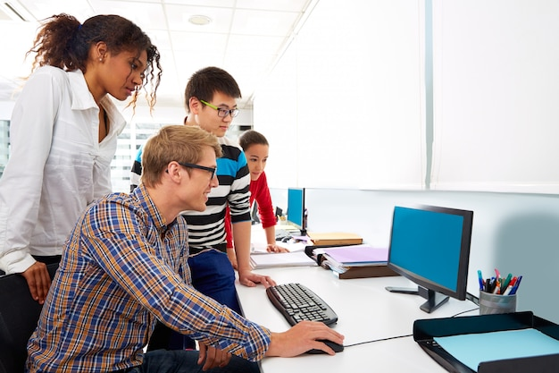 Junger multi ethnischer computerschreibtisch der geschäftsleute